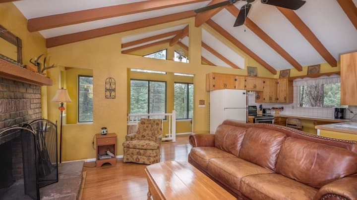 """Upper Canyon Lodging Co  """"Lands End"""" Hot Tub Cabin"""