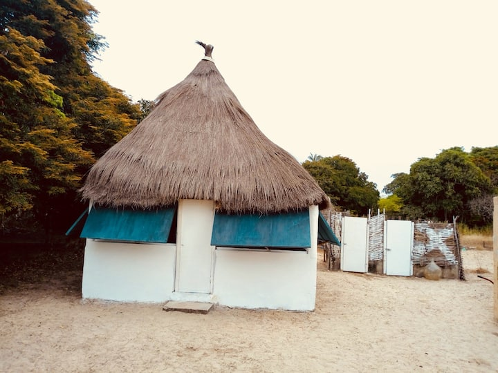 Case africaine sur île sauvage ( à 1H30 de zig) !