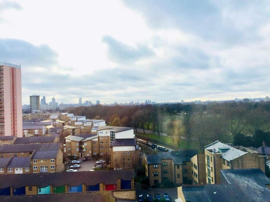 The views from the balcony are breathtaking. Victoria Park is just across the road on the other side of the canal. Hackney Wick and the Queen Elizabeth Olympic Park are in the opposite direction, all less than 5 minutes on foot.