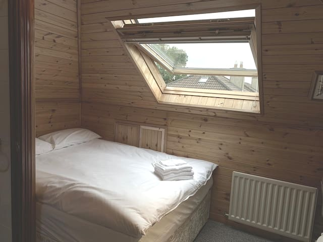 Double room,Private bath,15mins to Dublin Airport5