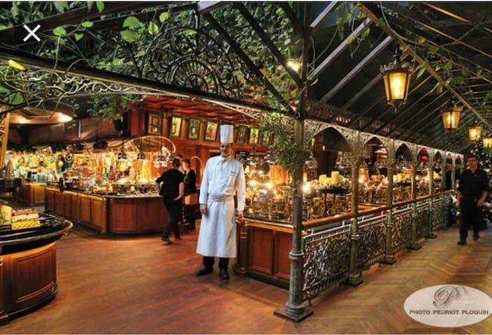 """Très proche du fameux restaurant """"Les Grands Buffets""""! (Pensez à réserver!)"""