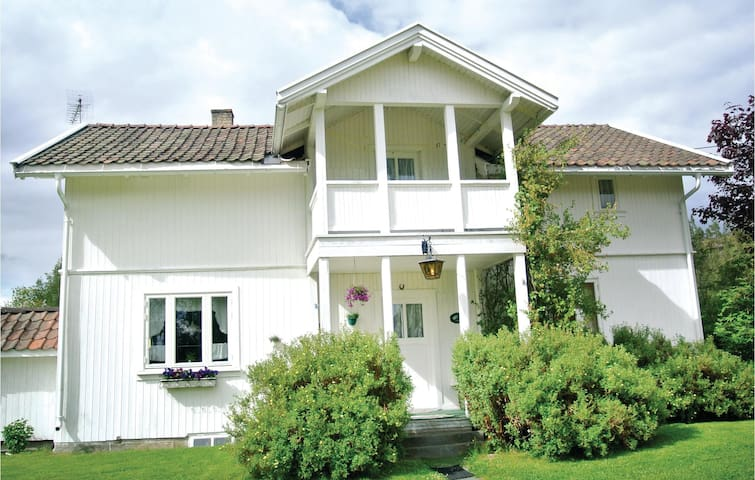 Holiday cottage with 3 bedrooms on 104 m² in Vikersund