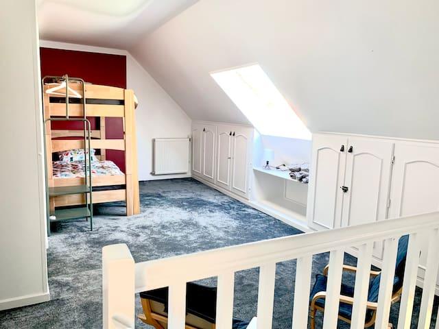 Chambre sur le palier avec lits superposés.