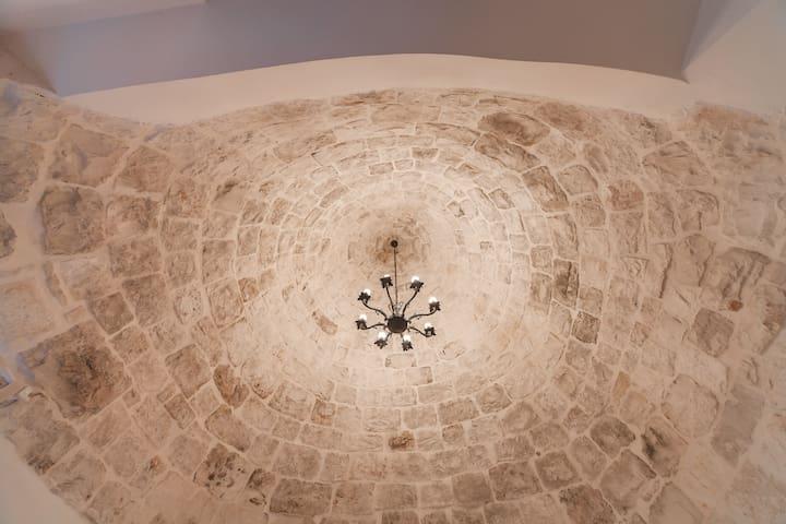 Cono in pietra viva - Camera da letto matrimoniale