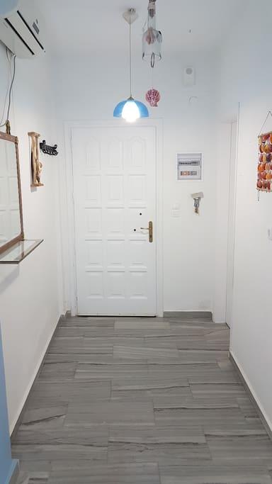 Η πόρτα της εισόδου από την εσωτερική όψη