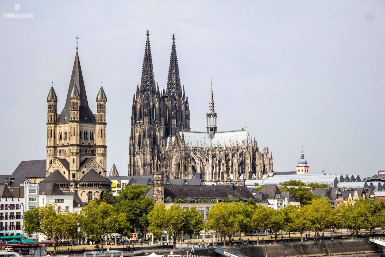 Herzlich Willkommen -- Kölner Dom - Weltkulturerbe  Cologne Cathedral World Heritage Site - Site du patrimoine mondial de la cathédrale de Cologne