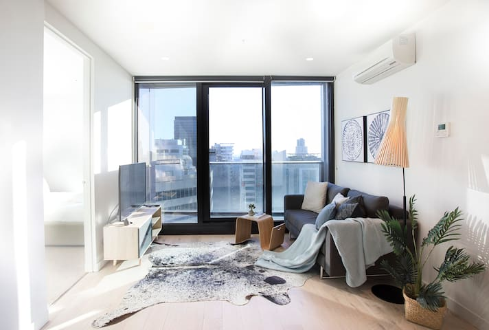 Living by the Clouds - 1BR CBD Apt @ EQ Tower #2