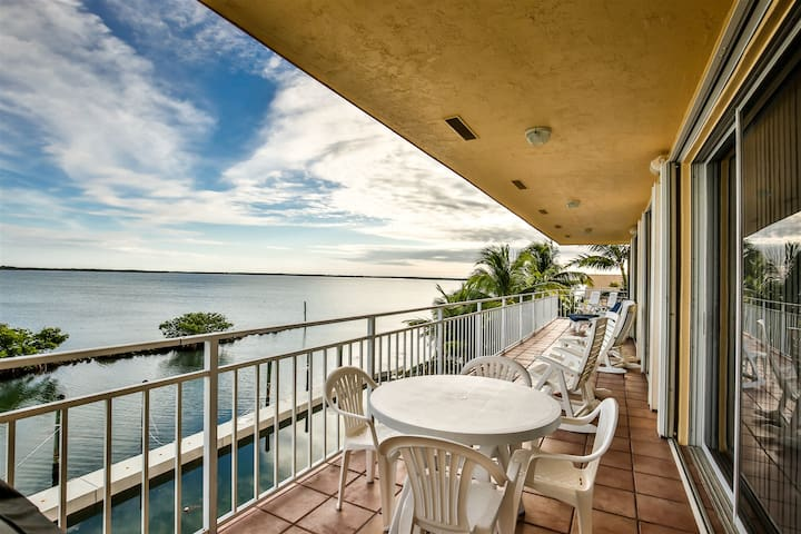 A Pirates Great Escape ~ 3bed/2baths  Ocean View Slip Available