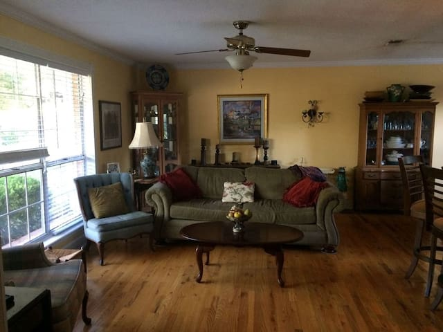Charming home in a great location! - Tallahassee - Hus