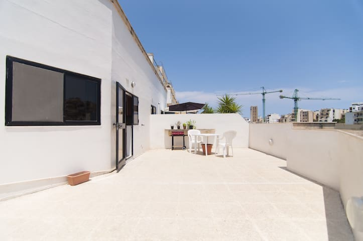 Room in Penthouse - XXL Terrace - 4 Min to the Sea - San Ġiljan - Pis