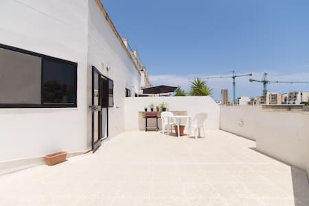Room in Penthouse - XXL Terrace - 4 Min to the Sea - San Ġiljan