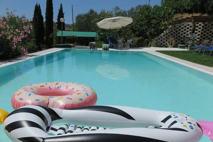 Casa nel verde con piscina, vista e  posti auto