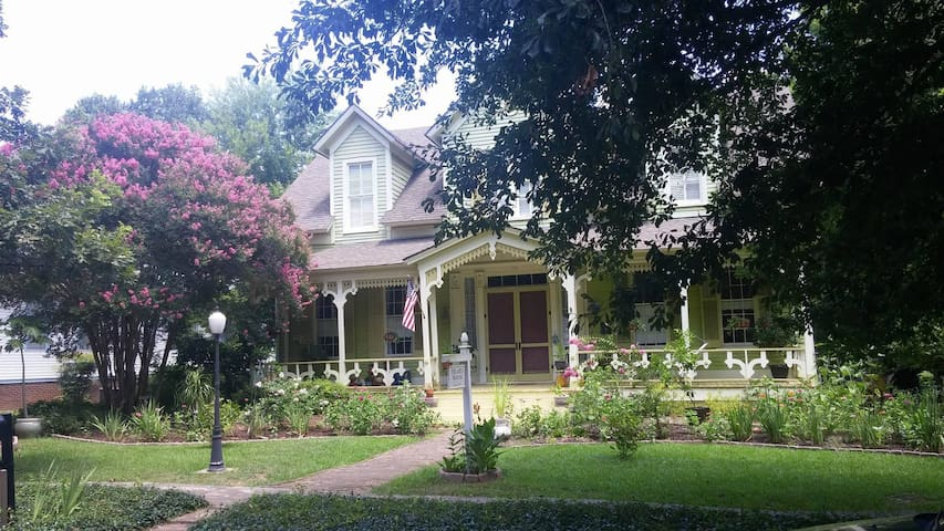 Suite in historic downtown home - Marshall - Bed & Breakfast