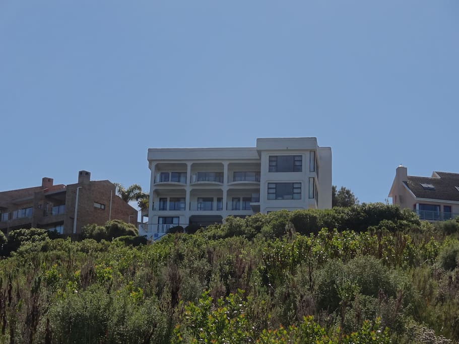 Located on a green belt overlooking a cliff, the house has unobstructed views of the Indian Ocean