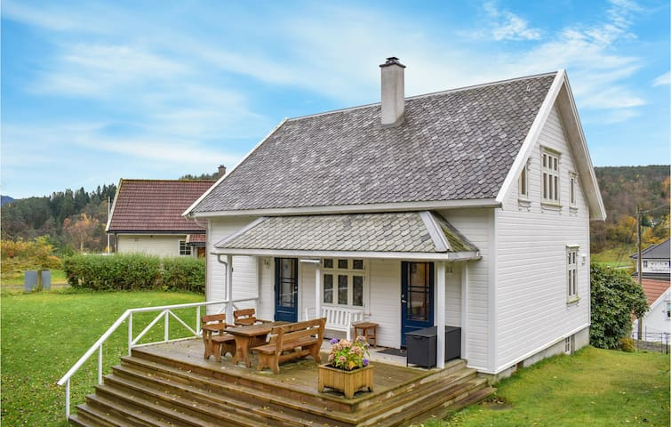Former farm house with 4 bedrooms on 100m² in Hebnes