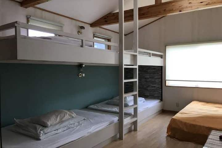 5 beds/Group room/with toilet/No meal