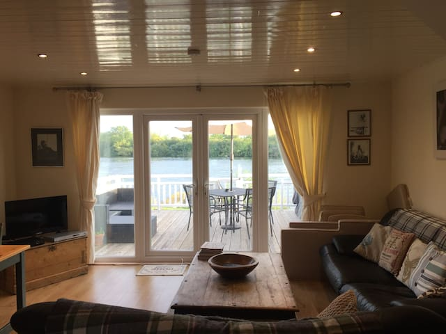 Beautiful Lakeside Lodge - Sleeps 6 - Gloucestershire - House