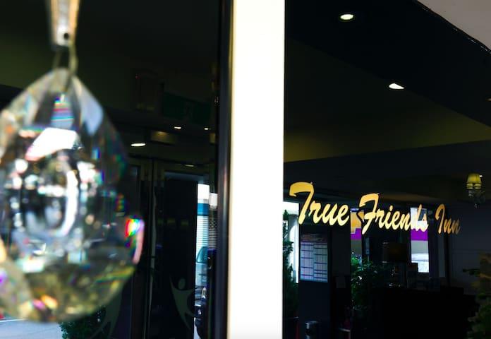 「Truefriend Inn」六人房A (3大床) 近市區、東大門夜市/含免費早餐、接送/走三層
