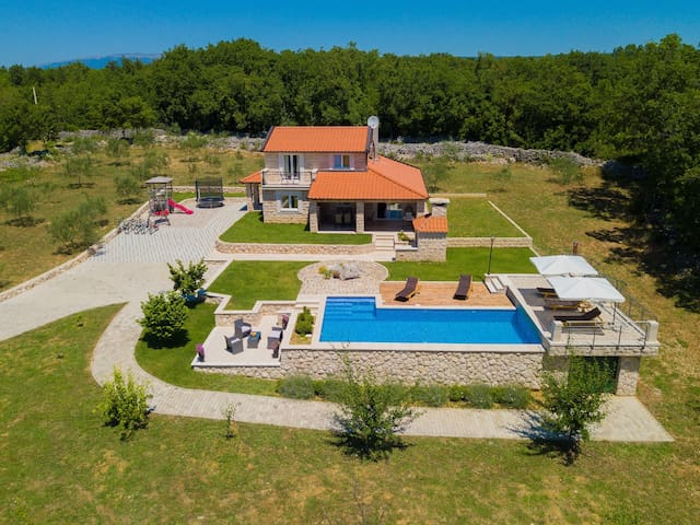 Villa Drazana-Three Bedroom Villa With a Pool