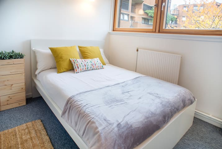 Fantastic double bedroom in Blantyre Street by Allô Housing