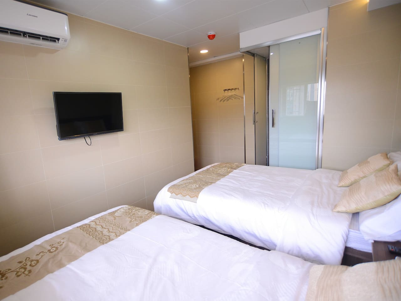 2 Min To MTR independent Quad Room