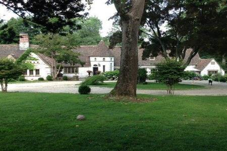Perfect Summer French Retreat w/ Pool-1hr from NYC - New Canaan - Haus