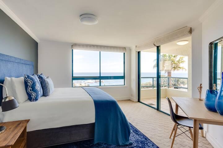 Spacious stylish Clifton apartment, vast sea views