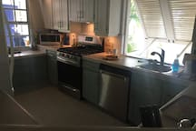 Well equipped kitchen. Gas stove with grill/broiler and convection oven, dishwasher, microwave...