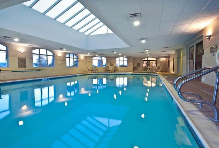 1 FANTASTIC UNIT, POOL AND PARKING.