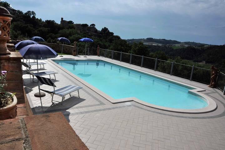 Rustiek landhuis in de groene heuvels van Umbrië met zwembad