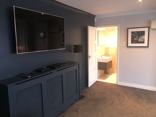 Extra Large 2 Bed Ensuite Family Room in Henley