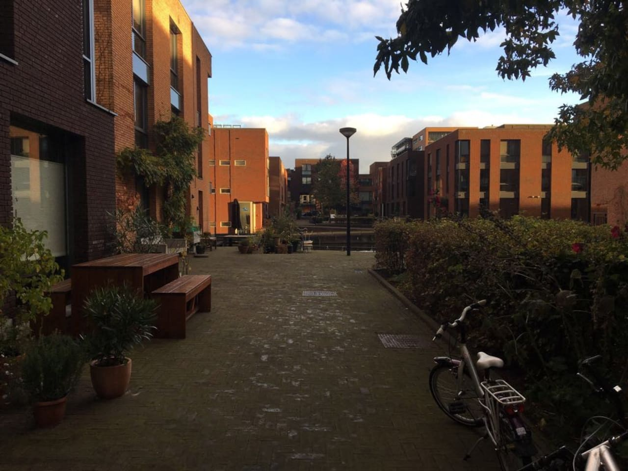 Courtyard, no cars!