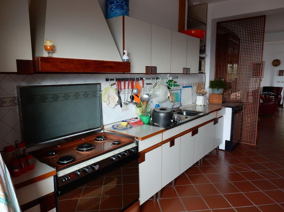 Cucina dotata di tutti gli accessori, sia per giovani coppie, gruppi di amici che famiglie con figli piccoli (frullatore, forno a microonde, etc)
