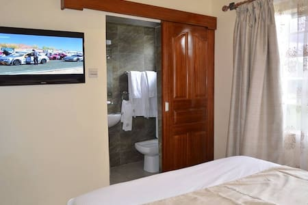 Brownie's Guesthouse and Restaurant - Nakuru - Bed & Breakfast