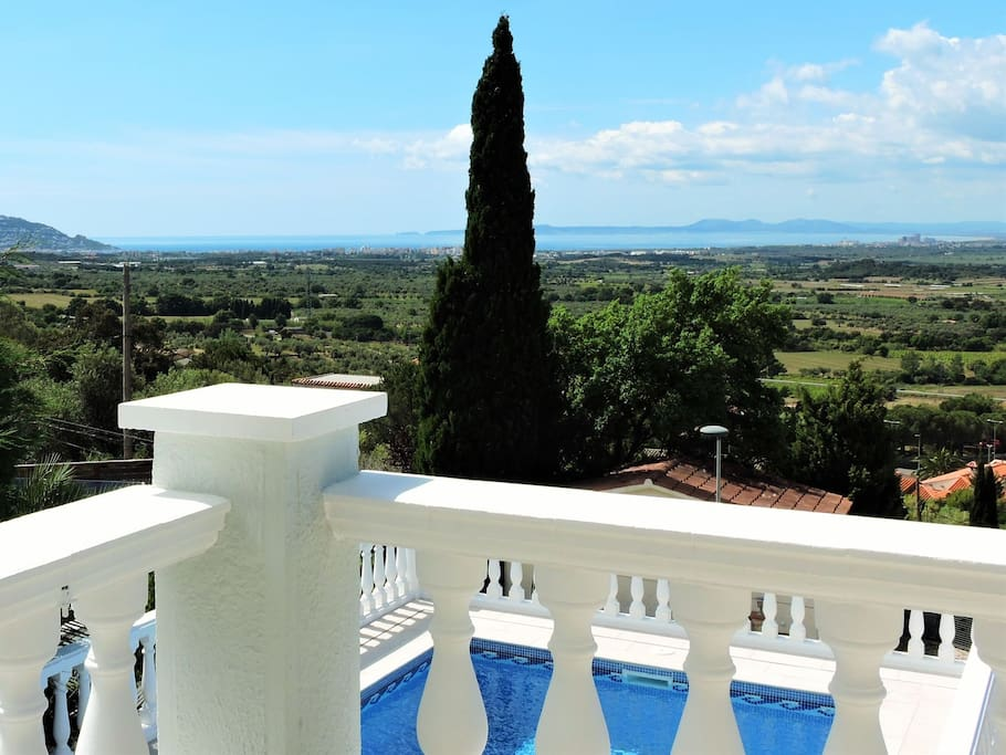 Villa roses vue mer piscine quartier r sidentiel for Piscines naturals catalunya