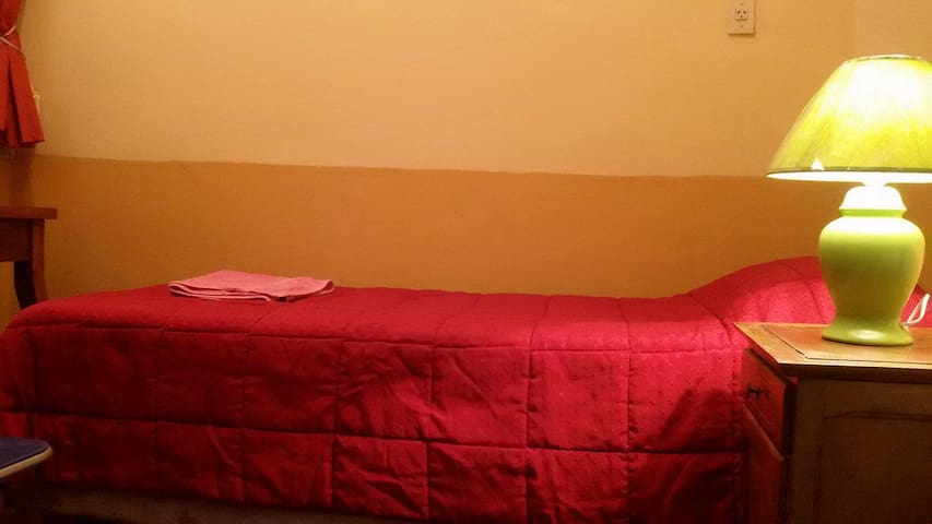 Habitacion simple con cama simple. (1 persona)!!!. Simple room with single bed (1 person) !!!