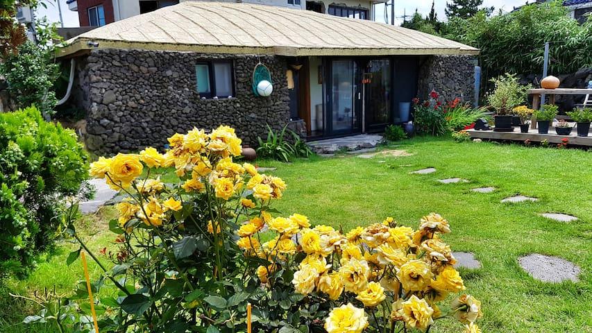 지꺼지게 (밖거리)는 곽지해수욕장 가까이 위치한  제주전통가옥 독채펜션입니다.