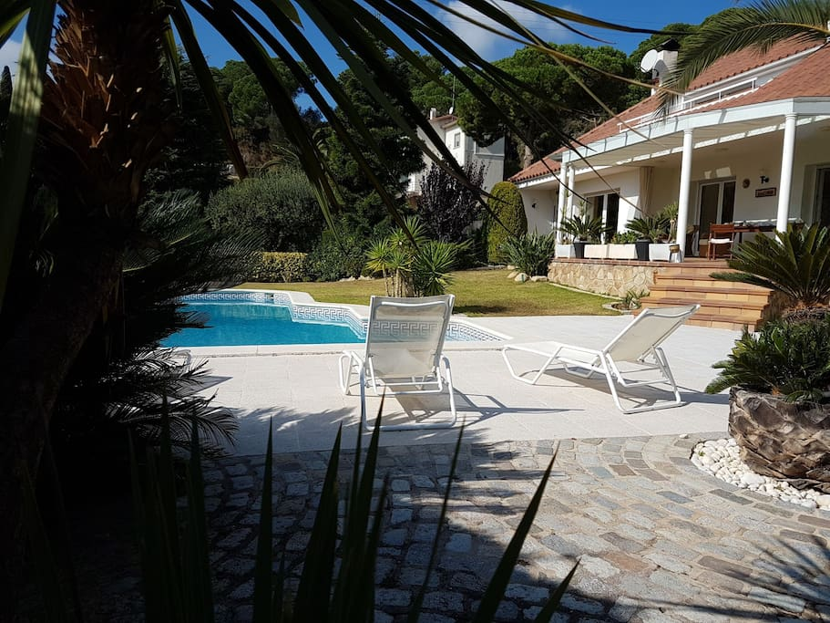 Belle villa piscine prive plage golf 30 39 barcelone for Villa barcelone avec piscine