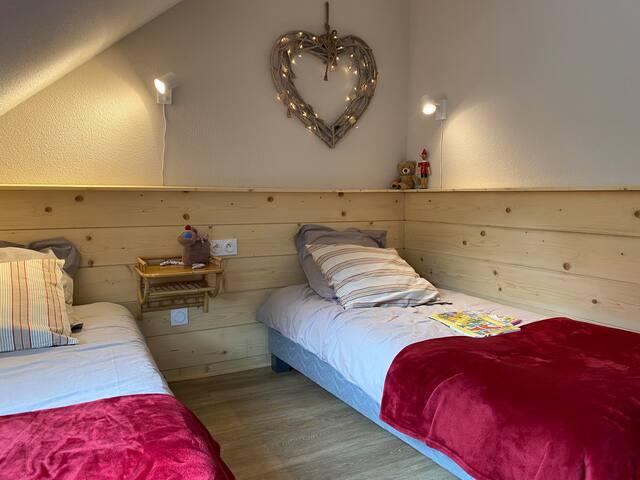 Chambre enfants, matelas latex et sommiers neufs.