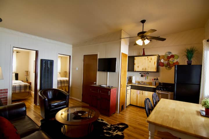 Camden's Cabin!  Downtown Red River! Restaurants, Shopping & Galleries out your front door!