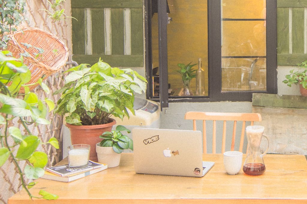 Catch up with work while sipping coffee in the afternoon.