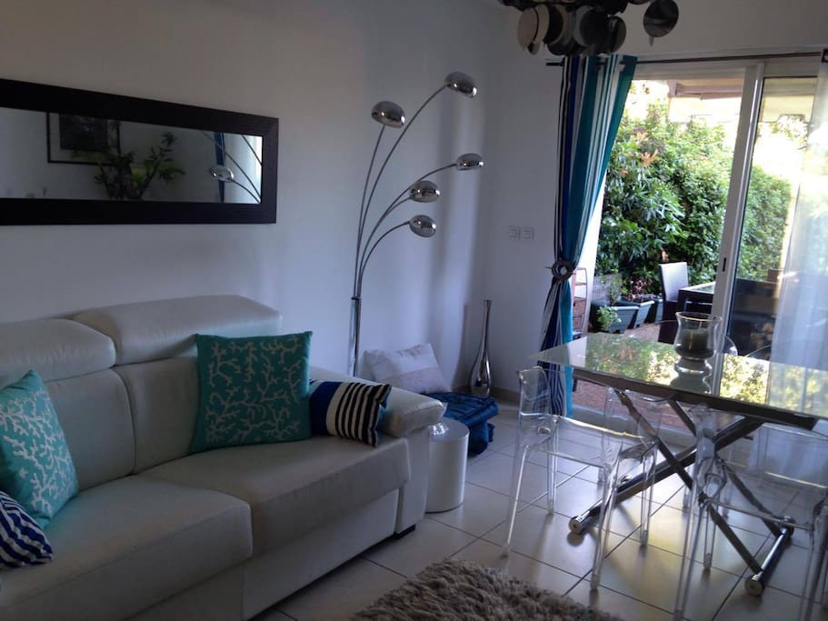 Salon donnant sur jardin avec canapé couchage quotidien