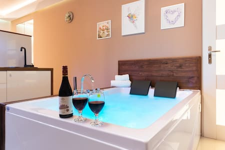 Lilly De Luxe Apartment with jacuzzi