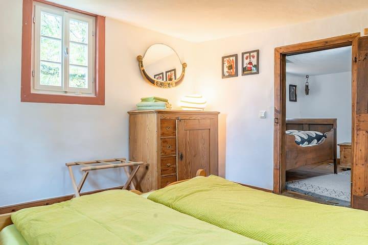 Schlafzimmer 5 kann nur durch Schlafzimmer 4 erreicht werden. Die Zimmer sind durch eine Tür getrennt.