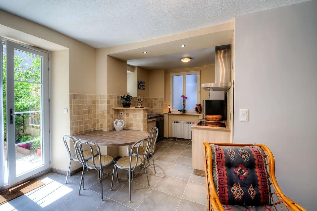 cuisine ouverte sur salon avec baie vitrée sur terrasse
