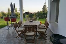 Table à manger sur la terrasse principale