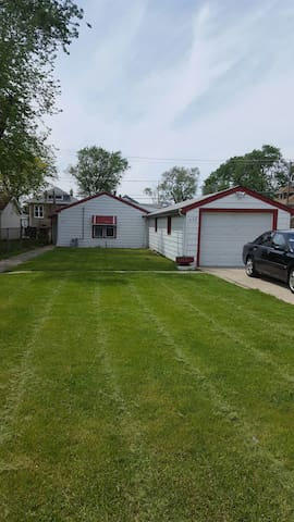 Cozy 3bdrm w/ garage parking incl. - Bellwood - Casa