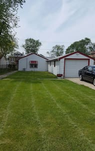 Cozy 3bdrm w/ garage parking incl. - Bellwood