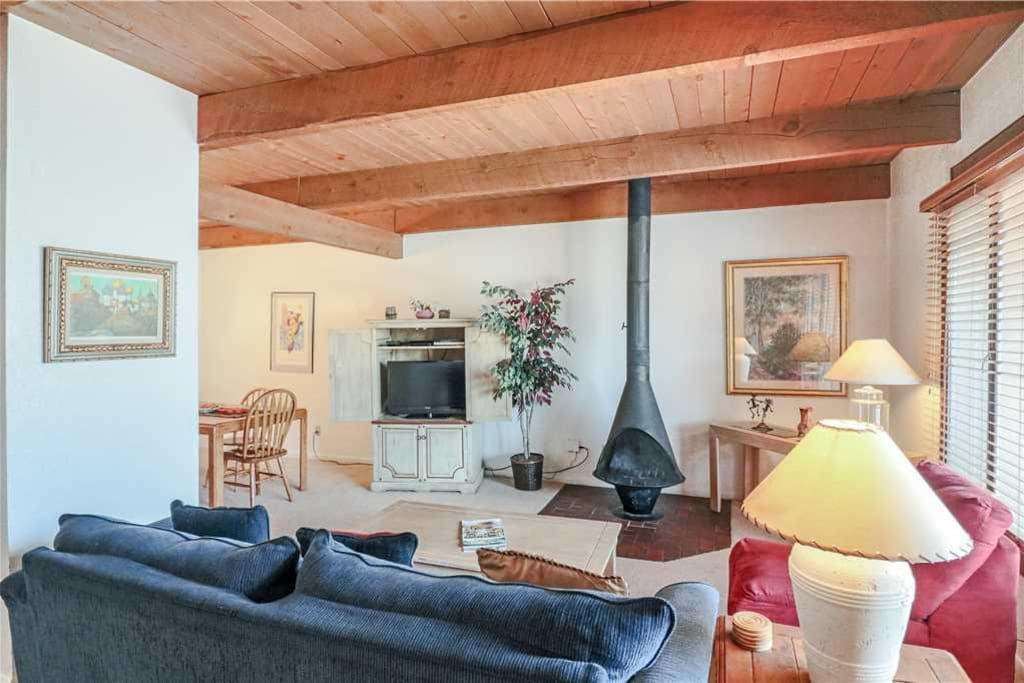 Living Room - Enjoy the spacious living room, there's room for all!
