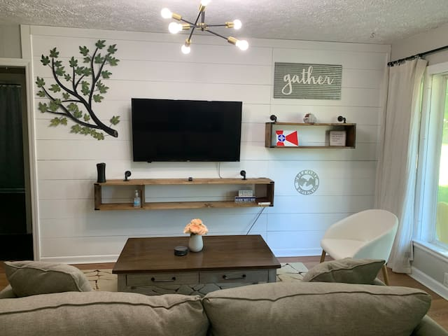 Big Farmhouse Cottage/ 3BR 1BA w/work desk & W/D